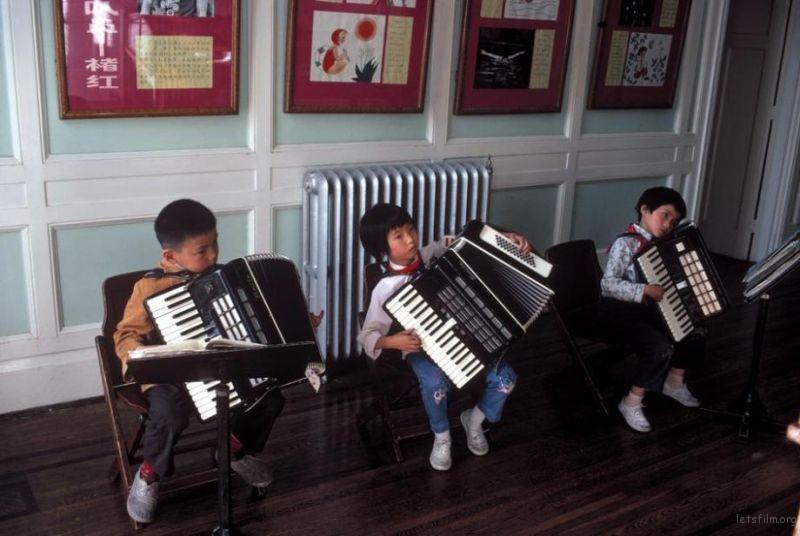 童们在少年宫练习手风琴