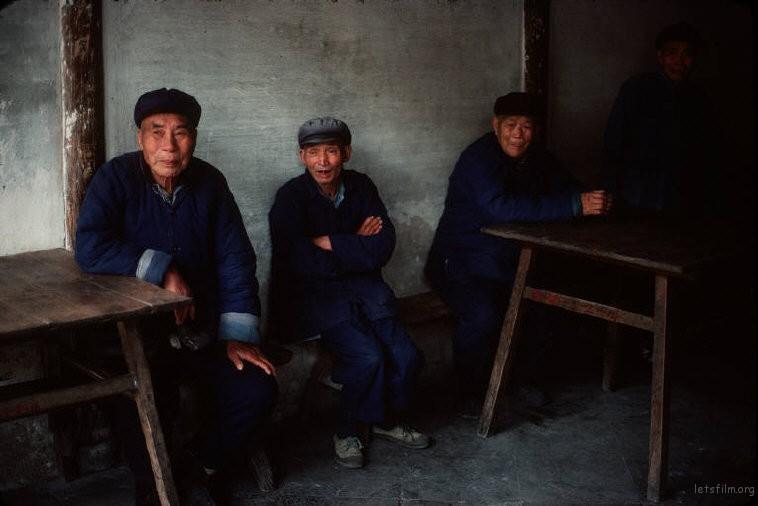 上海松江,几位老人在茶馆聊天