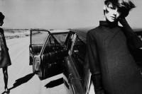 六零年代时尚迷咖啡桌必备,集结 James Moore 半世纪剧作的全新时尚摄影集