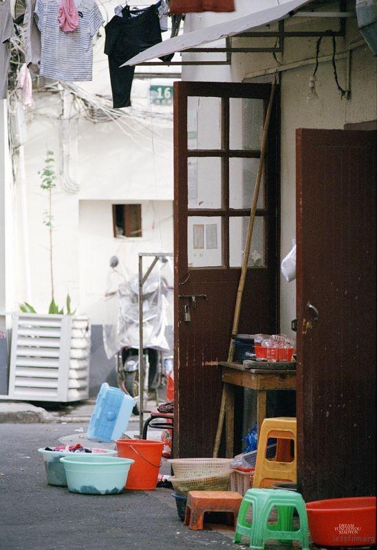 老街的一个角落,他就像一个有故事的画面。老旧的门,五彩的盆,一切那么随意,却又富有生活的味道。