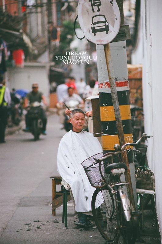 越来越多的理发店,越来越多的先进设备,让老手艺人慢慢的退休了,但是还是有很多老人喜欢街边的手艺,也许这是一种情怀,也是一种习惯。