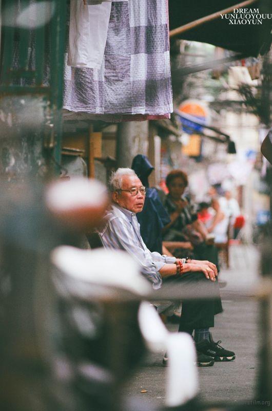 上海弄堂里的老人很有意思,他们喜欢在午后坐下凳子上看着人来人往,聊天,喝茶,或者是小憩。