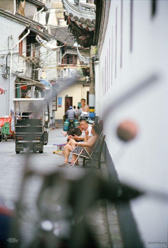 老街里的人,坐在一起,可以从天南聊到海北,可以从家长里短,聊到生活杂事。