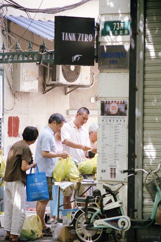 早上便宜的西瓜,让很多人,很快的积聚在这里,他们或挑,或尝,或砍价。俨然一幅市井生活的画面。