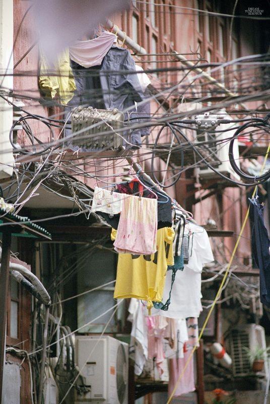 错落的电线和衣服形成了一道独特的风景,与其说是一种生活,不如说他是一个时代的习惯。