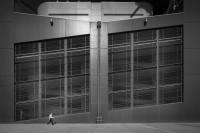庞大建筑下的孤独小人