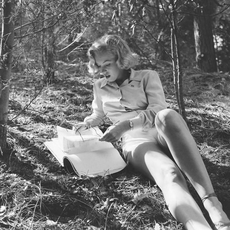 Marilyn-Monroe-rare-photos-in-the-woods-596b6f8d53477__880