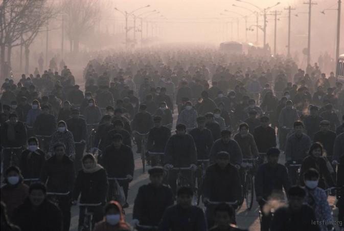 1980年,内蒙古包头,上班高峰期,正在前往包头钢铁厂工作的工人