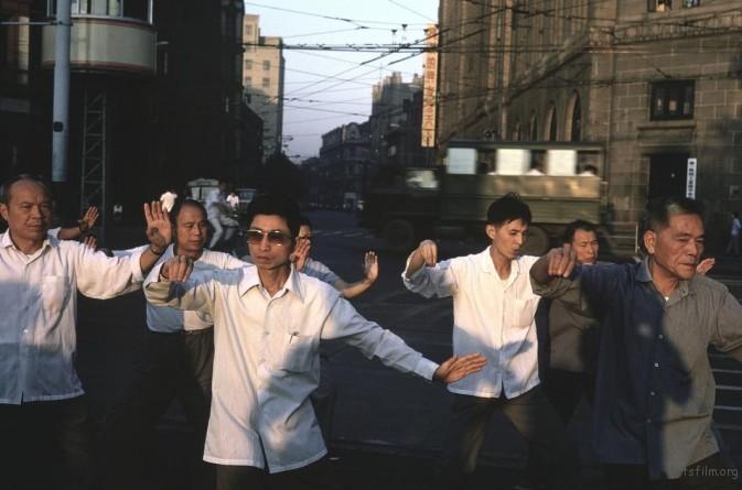 1979年,上海,在外滩晨练的人们