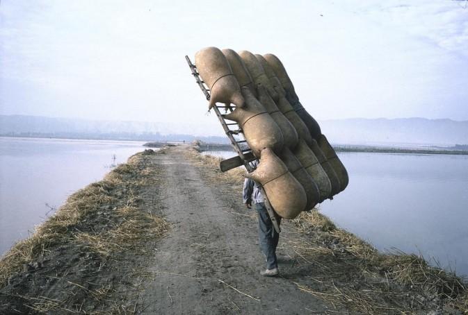 1980年,宁夏自治区中卫市,背羊皮筏的人