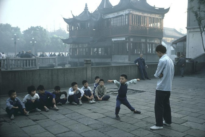 1979年,上海,清晨正在练太极拳的孩子