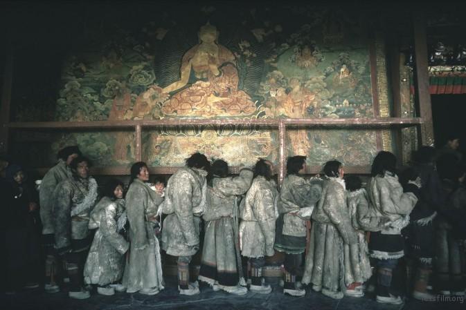 1981年2月,拉萨,大昭寺内身穿厚羊皮大衣的藏民正排队等待进入圣殿