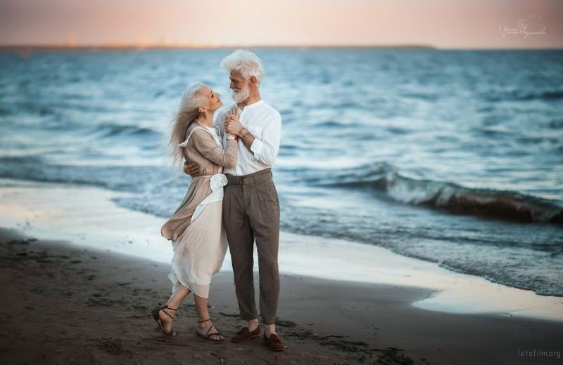 Russian-photographer-makes-wonderful-photos-with-an-elderly-couple-showing-that-love-transcends-time-5971041437838-png__880