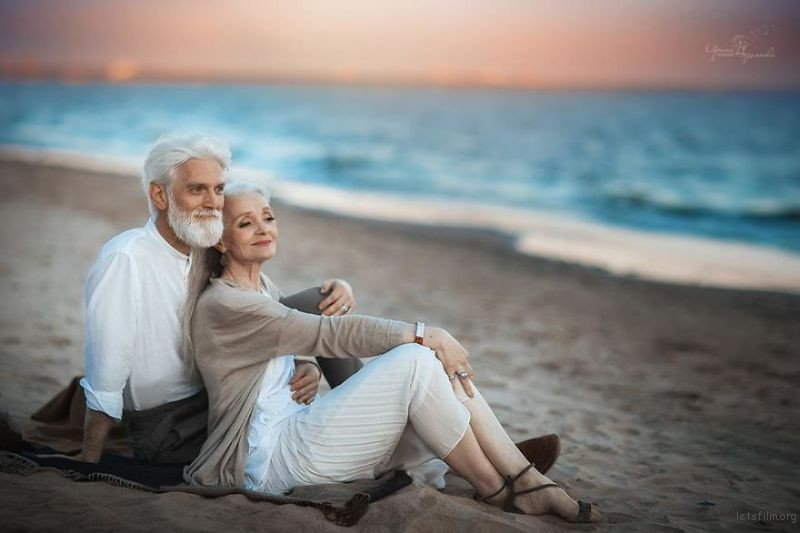 Russian-photographer-makes-wonderful-photos-with-an-elderly-couple-showing-that-love-transcends-time-59710496226e4__880
