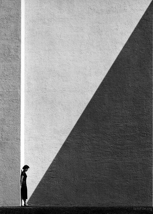 利用建筑光影来为作品添加维度 Photo by 何藩