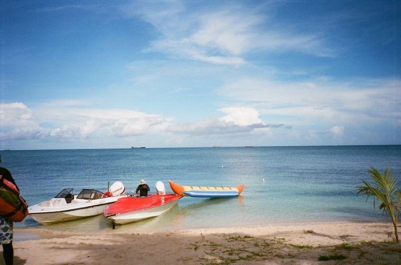 平静海面上的船只