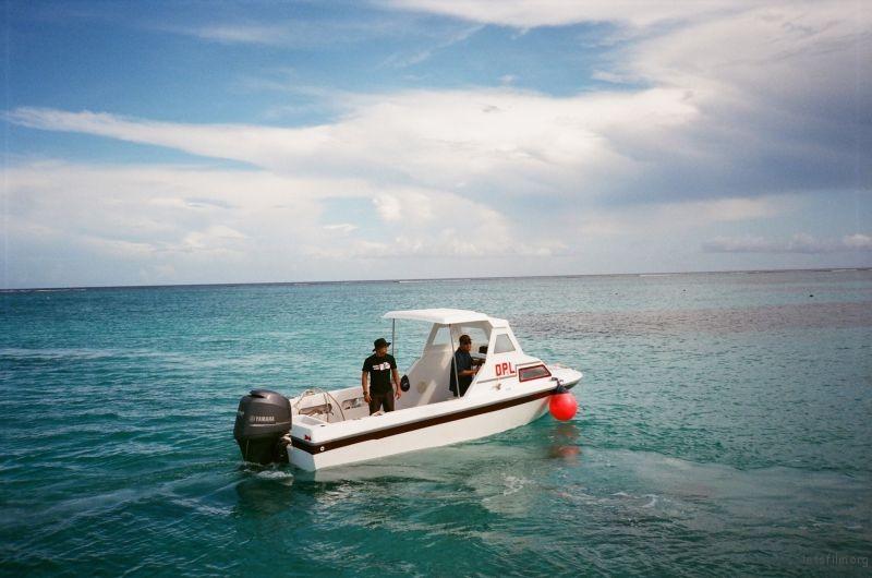 平静海面上的警艇