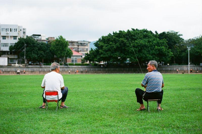共同放风筝的两个老人