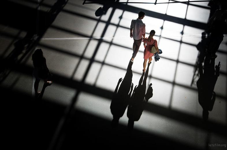 利用建筑光影来为作品添加维度 Photo by Skander Khlif