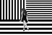 将人体和黑白几何融合的摄影主题