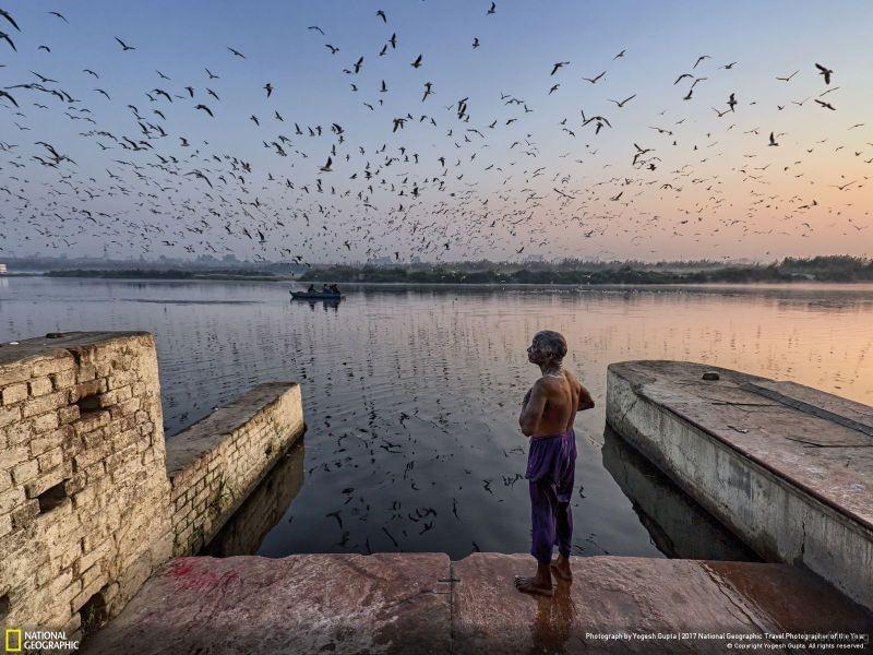 摄影师︰ Yogesh Gupta 作品名称:Holy Bath(印度)