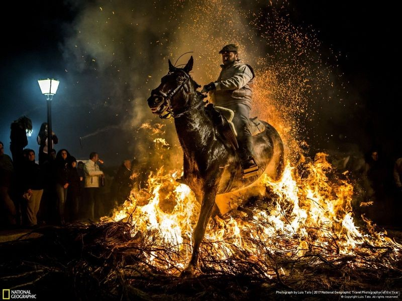 摄影师︰ Luis Tato 作品名称:Luminarias Festival of Fire and Horses(西班牙)