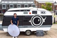 他花了 2000 块钱做了一台可以移动的超大幅相机