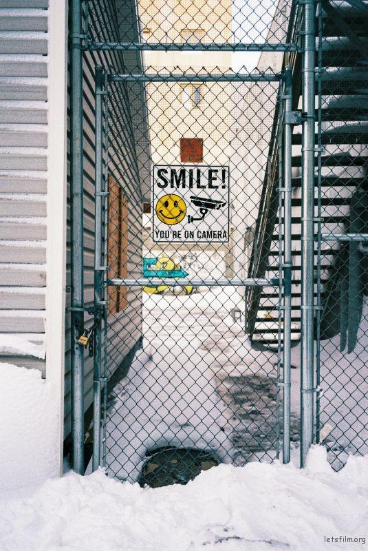 "铁丝网背后的""smile"""
