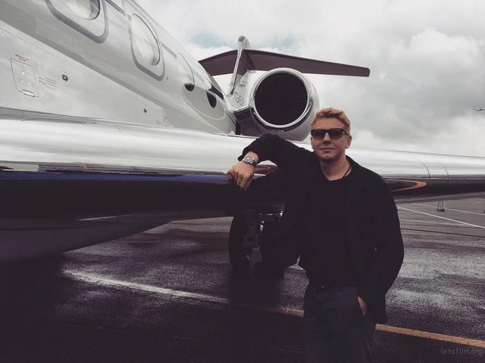 刚买了架飞机,飞出去溜溜