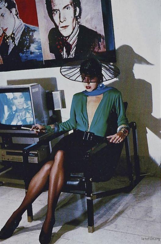 1985年为Yves Saint Laurent 拍摄的形象照,后方画作为安迪沃荷作品