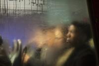 下雨了!隔着满布水雾的车窗,偷偷观察城市人们的故事