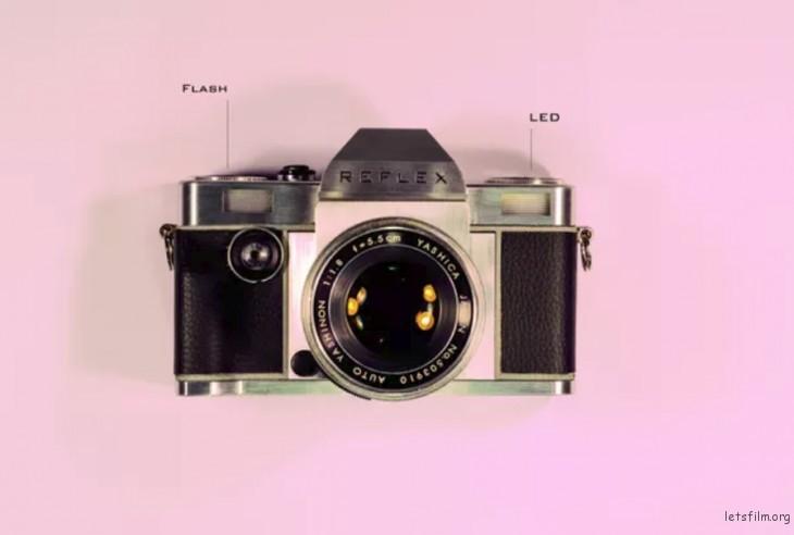 相机自带闪光灯以及一个 LED 连续性光源