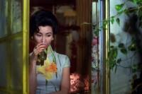 暧暧含光的《花样年华》,狭小香港公寓里,沉默而浓烈的情欲蔓延