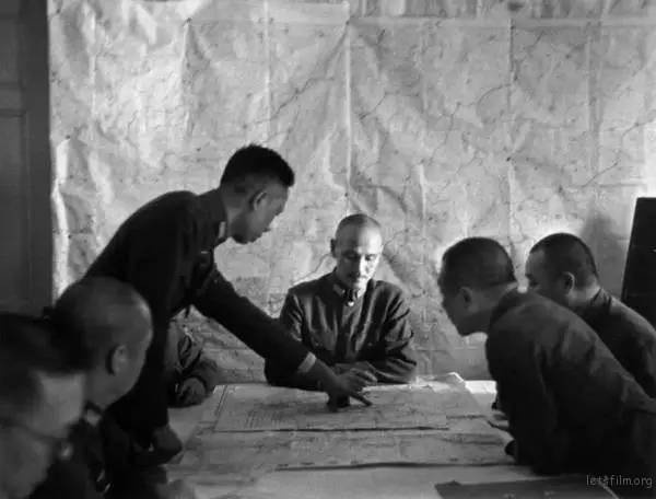 1938 年,武汉会战时的最高军事会议 by Robert Capa