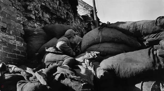 1938 年,台儿庄工事里的国军士兵 by Robert Capa