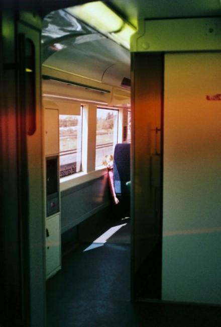 阳光下,火车上。