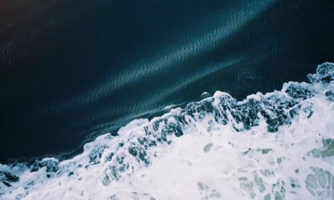 在通往塔斯马尼亚的渡轮上,海浪就像是装饰在一条蓝色绒布做的裙子上。