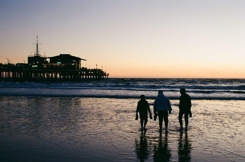 海边的三个人影