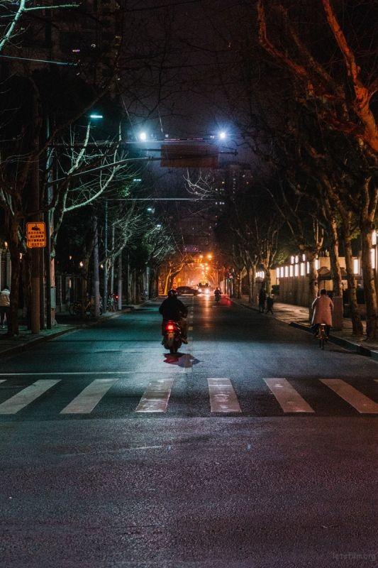 近处的冷色光和远处的暖色光形成一种色彩上的对比