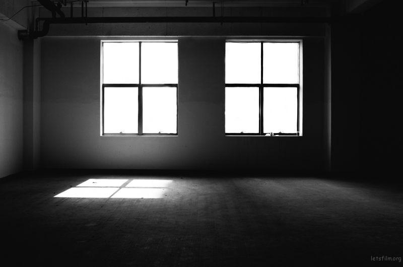 当画面以光线及结构组成对比的时候,适合选择黑白