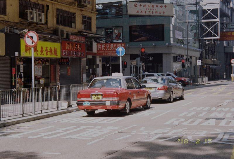 吃完午饭出来街角就拍了,很喜欢红壳出租车