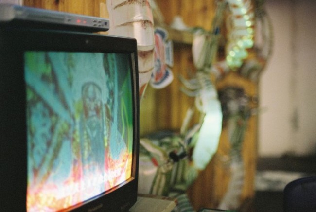 特别巧的走进一家做皮皮虾灯笼的店,而且在一个纪录片里看过这家店的专访,老板特别高冷再用上世纪的老电视看京剧