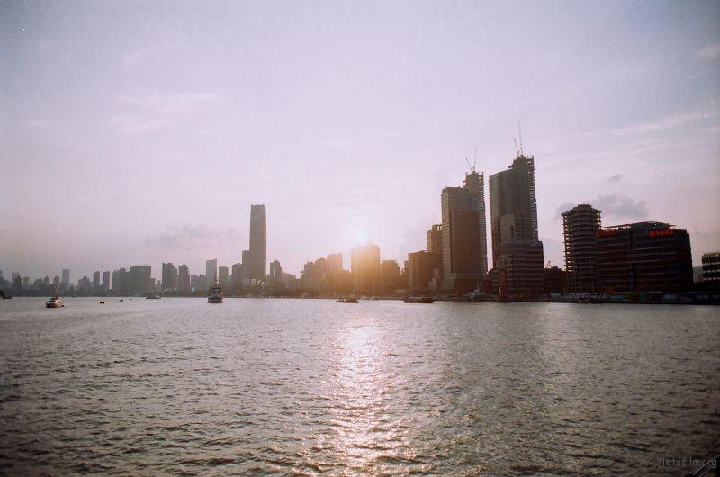在黄浦江上 如果有机会我一定要坐一次 特别巨大的游轮  跨越大海 哈哈哈
