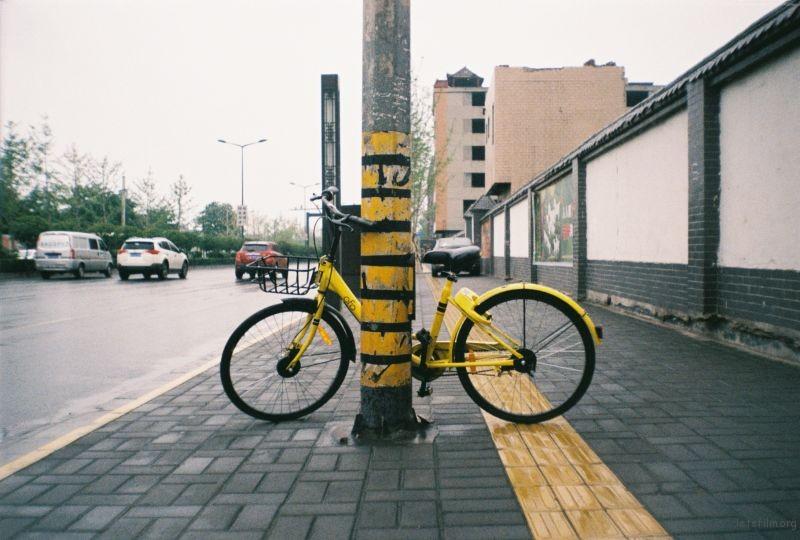ofo席卷了整座城,随处都是自行车。却也愈发的拥挤起来。