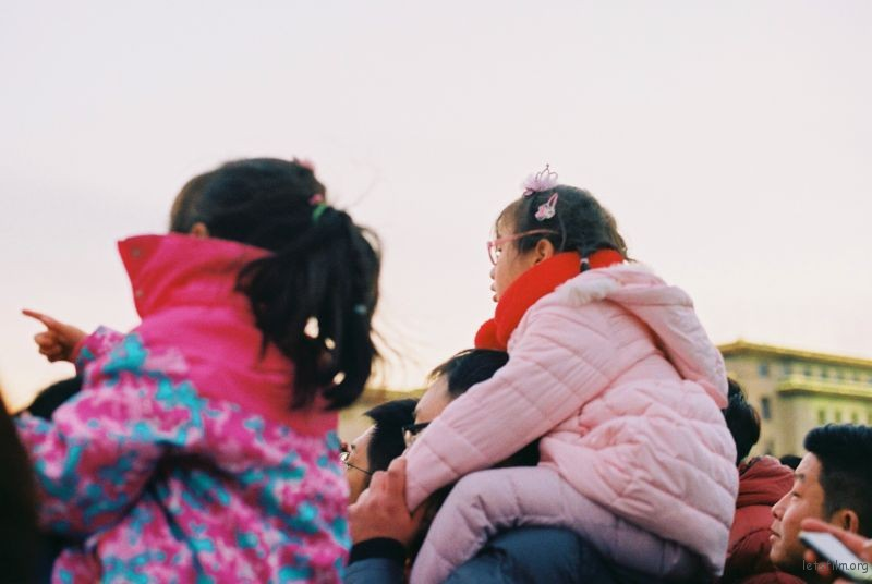 大家在看降旗 孩子们有的已经坐在爸爸的肩上 带着那份好奇与天真翘首以盼