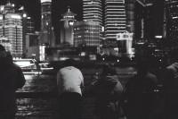 [22714] 冬夜的街、落叶与背影