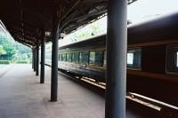 [22940] 废弃火车站里的孤独歌声